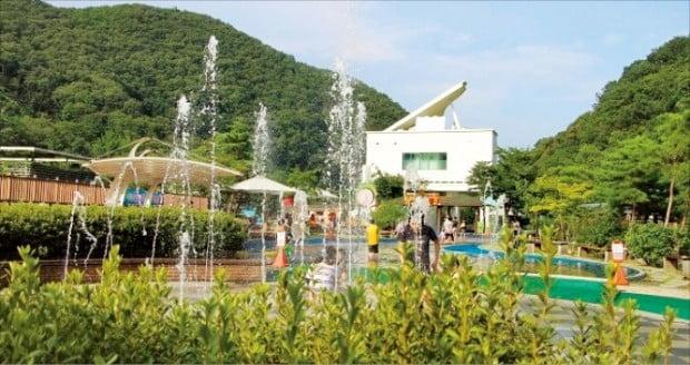 남양주 화도푸른물센터 물놀이장은 높이 61m 인공폭포의 시원한 물줄기를 감상하며 무료로 물놀이를 할 수 있는 것이 최대 장점이다.  경기도  제공