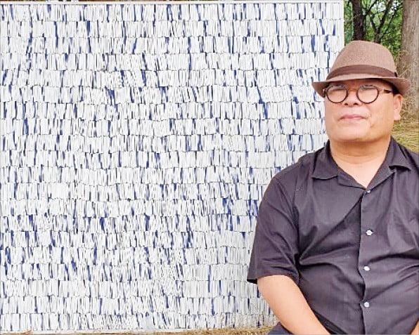 도자회화를 개척한 이흥복 씨가 자신의 작품 '삶에 대한 기하학적 명상'을 설명하고 있다.