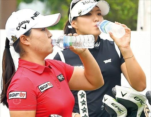 '챔프'조로 편성된 김보아(왼쪽)와 조아연이 목이 마른 듯 티샷을 하기 전 생수를 마시고 있다.  /포천힐스CC=강은구 기자 egkang@hankyung.com