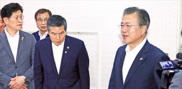 정경두 국방부 장관이 20일 청와대에서 열린 제4차 반부패정책협의회에서 문재인 대통령이 입장하자 인사하고 있다. 왼쪽부터 노형욱 국무조정실장, 서훈 국가정보원장, 정 장관, 문 대통령.  /허문찬 기자 sweat@hankyung.com