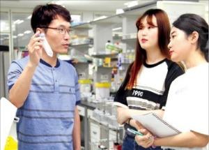 김용삼 한국생명공학연구원 유전자교정연구센터장(왼쪽)이 연구원들과 실험 결과를 토론하고 있다. 한국생명공학연구원 제공
