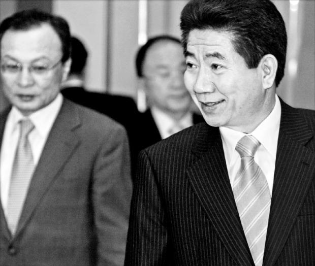 노무현 대통령이 2005년 3월 23일 청와대에서 열린 신용불량자 대책회의에 이해찬 국무총리와 입장하고 있다. 한경DB