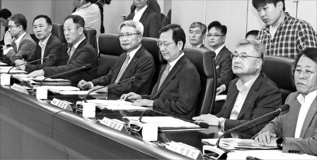 김종갑 사장(오른쪽 세 번째) 등 한국전력 이사들이 21일 서울 서초동 한전아트센터에서 정기 이사회를 열고 있다. 연합뉴스