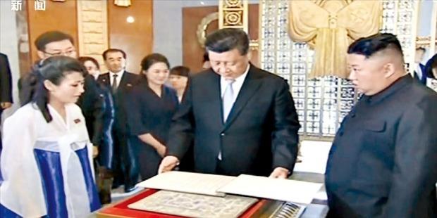 < 북중우의탑 기념관 방문한 시진핑 > 시진핑 중국 국가주석과 김정은 북한 국무위원장이 21일 평양 모란봉 기슭에 있는 북중우의탑에서 헌화와 참배를 마치고 기념관을 방문해 열사 명단을 살펴보고 있다. 연합뉴스