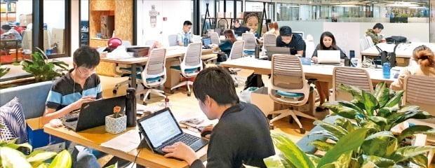 싱가포르에서 규모가 가장 큰 공유오피스인 저스트코에서 스타트업 창업자들이 일하고 있다. /싱가포르=나수지 기자