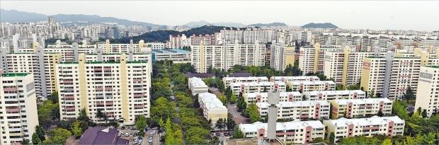 지역·주택형 갈아타기 수요 등에 힘입어 서울 강남권과 여의도·목동에서 최고가를 경신한 아파트가 줄을 잇고 있다. 호가 상승을 기대하고 최근 매물이 부쩍 줄어든 목동 아파트단지.  /한경DB