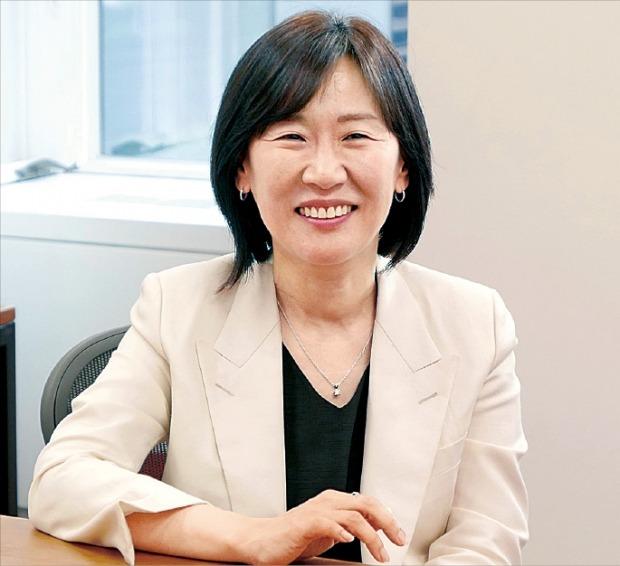 영화 '기생충'을 제작한 곽신애 바른손이엔에이 대표가 해외 진출 실적을 설명하고 있다.  /CJ ENM 제공