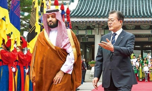 <'투자 보따리' 푼 사우디 왕세자> 문재인 대통령과 무함마드 빈 살만 사우디아라비아 왕세자(왼쪽)가 26일 청와대 대정원에서 열린 공식환영식에 입장하고 있다. 이날 1박2일 일정으로 방한한 무함마드 왕세자는 제1 부총리 겸 국방장관을 맡아 사실상 사우디를 통치하고 있는 최고 실세다. 사우디 왕위 계승자인 왕세자의 방한은 1998년 이후 21년 만이다.  허문찬 기자 sweat@hankyung.com