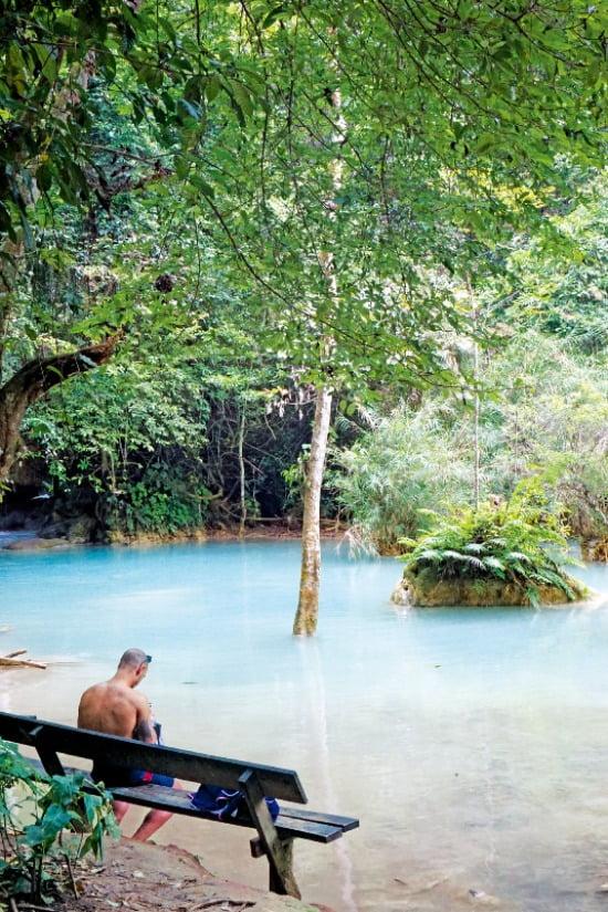 루앙프라방의 상징인 꽝시폭포. 에메랄드빛 계곡과 울창한 숲속에서 여유로운 휴식을 즐길 수 있다.