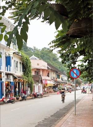 루앙프라방 씨사왕웡 거리. 전통 수공예품을 파는 상점이 많다.
