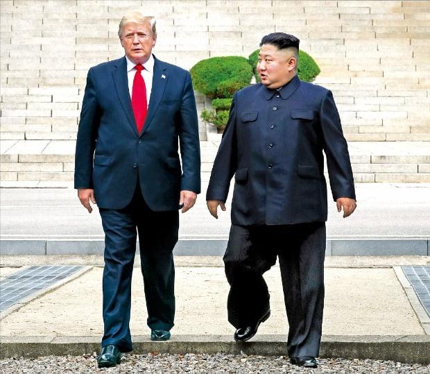 < 군사분계선 넘는 트럼프·김정은 > 도널드 트럼프 미국 대통령과 김정은 북한 국무위원장이 30일 판문점 군사분계선을 넘어 남측으로 오고 있다.  /판문점=허문찬 기자 sweat@hankyung.com