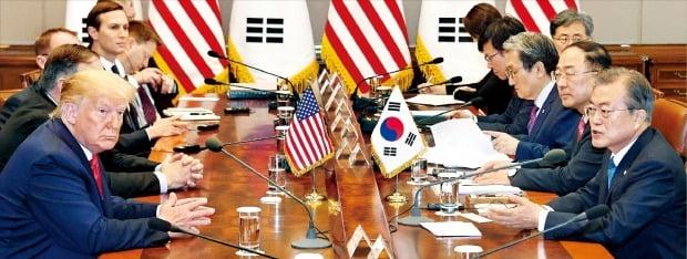 문재인 대통령이 30일 청와대에서 도널드 트럼프 미국 대통령과 확대정상회담을 하고 있다. 양 정상은 이날 굳건한 한·미 동맹을 재확인했다. /허문찬 기자 sweat@hankyung.com