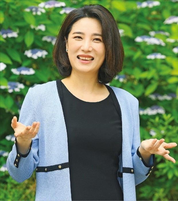 메조소프라노 김선정 씨가 오는 4, 5일 서울 세종문화회관 체임버홀 무대에 올리는 1인 음악극 '구텐 아벤트'에 대해 설명하고 있다.  /강은구  기자  egkang@hankyung.com