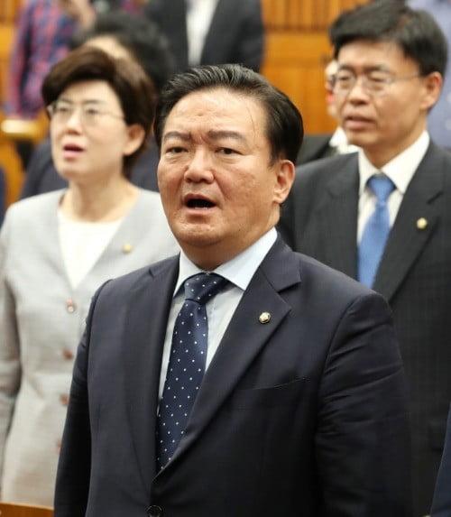 애국가 부르는 민경욱  /연합뉴스