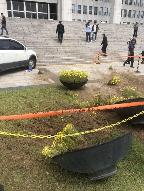 14일 국회의사당 본관 건물에 돌진한 박씨의 차량 주변으로 화분이 쓰러져 있다.