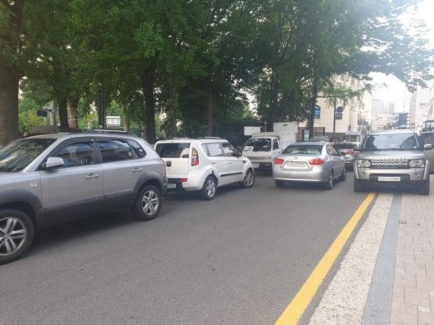 마포구 도화동 일대. 불법주차로 인해 차량 1대만이 드나들 수 있을 정도로 길목이 좁아졌다.