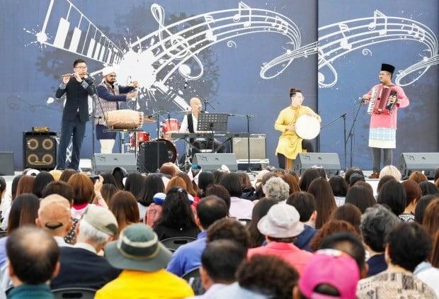일 오후 서울시청 앞 광장에 마련된 '2019 아세안 위크' 메인 무대에서 아세안 문화공연팀이 관람객들에게 연주를 선사하고 있다./ 한·아세안센터 제공.