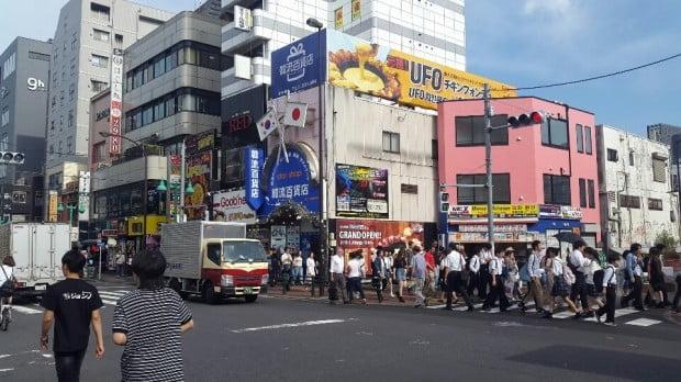 지난 5일 도쿄 신주쿠 신오쿠보역 주변을 찾은 한류팬들이 거리를 걷고 있다.