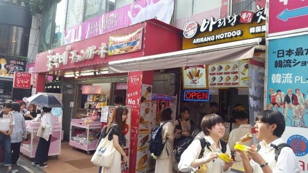지난 5일 신오쿠보를 찾은 한류팬들이 치즈핫도그를 사기 위해 줄을 서고 있다.