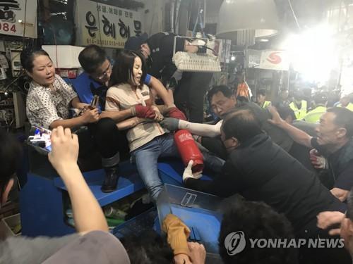 구 노량진수산시장 명도집행 또 충돌…상인 2명 부상(