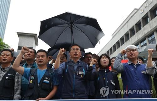 '국회 앞 집회 폭력' 김명환 민주노총 위원장 구속영장