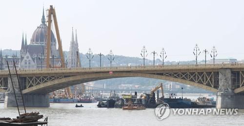 """""""'헝가리 유람선' 선체 바로세우며 몇㎝씩 초저속 인양"""""""