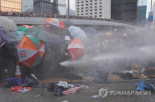 홍콩 경찰 '과잉진압' 논란…캐리 람 '어머니론'도 비난 봇물