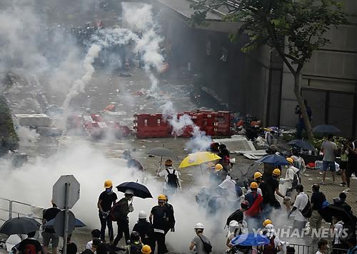 홍콩 경찰-시위대 충돌로 70여 명 부상…2명은 중상