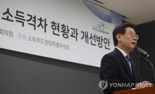 """정부와 주파수 맞춘 이재명…""""소득주도성장·기본소득 취지같다"""""""