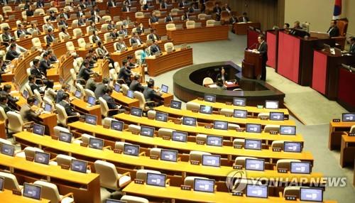 """2시간만에 합의 뒤집은 한국당…의총 """"협상서 얻은게 뭐냐"""" 성토"""