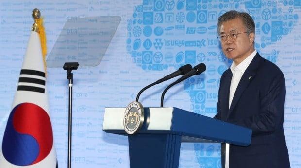 문재인 대통령이 19일 오후 안산 스마트제조혁신센터에서 제조업 르네상스 비전을 선포하고 있다.(사진=연합뉴스)