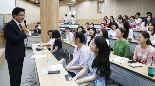 학생들에게 강연하는 황교안 대표 (사진=연합뉴스)