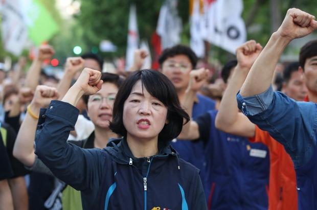 민주노총 수도권 지역 간부들이 지난 22일 청와대 인근에서 집회를 열고 김명환 위원장의 석방과 노동탄압 중단을 촉구했다. 사진=연합뉴스