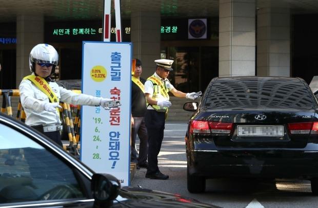 24일 서울 중구 서울지방경찰청에서 경찰관들이 출근하는 직원들을 대상으로 음주 측정을 하고 있다. 사진=연합뉴스