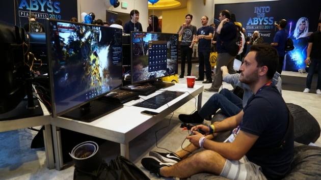 북미 현지에서 게임 이용자들이 펄어비스의 검은사막 플레이스테이션4를 즐기고 있다./사진=펄어비스