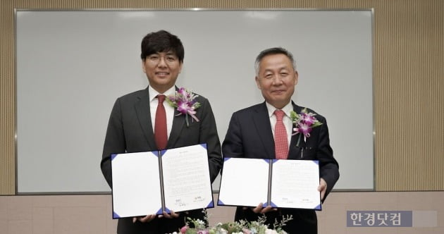 한국자산신탁 김규철 대표(오른쪽)와 직방 안성우 대표가 4일 분양 및 입주 활성화를 위한 업무협약을 체결했다.(자료 직방)