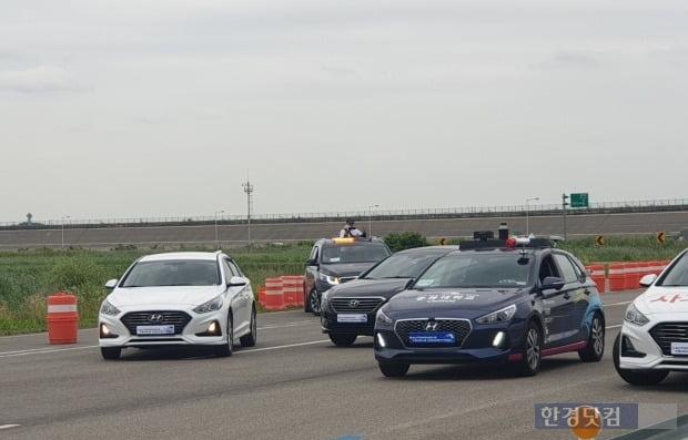 대학생들이 만든 자율주행차량이 사고차량(좌측 2대)를 회피하며 주행하고 있다.