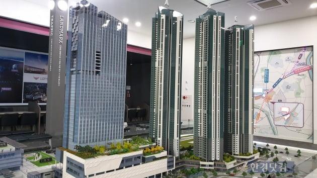 '청량리역 롯데캐슬 SKY-L65'  모형도. (왼쪽부터) 청량리 역사와 오피스·오피스텔 빌딩 그리고 아파트가 차례로 들어설 예정이다.(사진 김하나 기자)