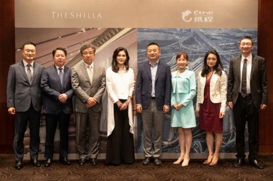이부진 호텔신라 대표이사(왼쪽에서 네번째)가 지난 8일 서울 장충동 서울신라호텔에서 량찌엔장(梁建章) 씨트립 명예회장(오른쪽에서 네번째) 등 씨트립 최고경영진을 만나 양사간 파트너십 강화를 위한 업무협약을 체결했다.