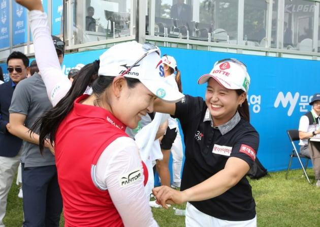 [포토] 최혜진으로부터 축하받는 김아림