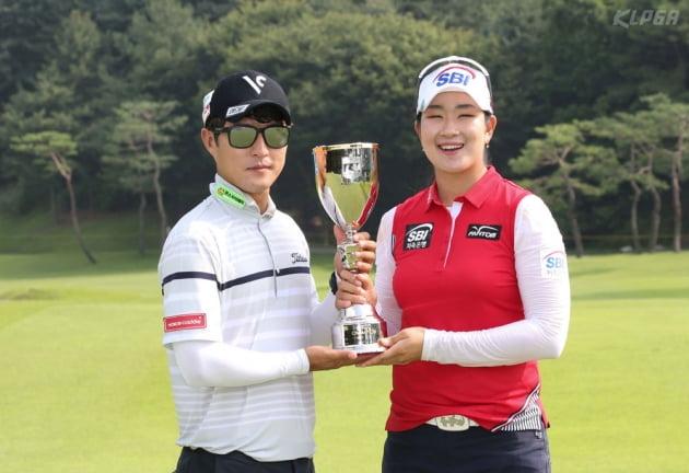 [포토] 캐디와 우승 트로피 들어보이는 김아림