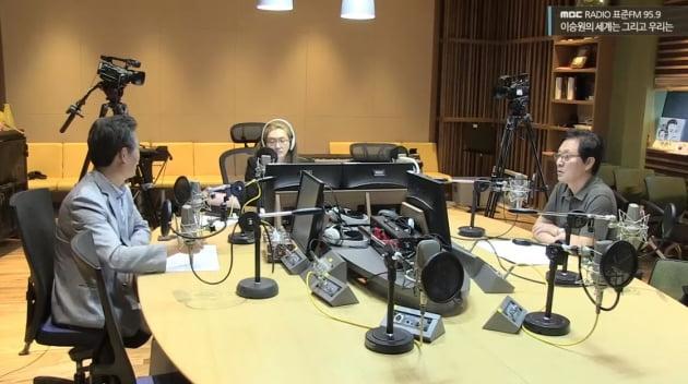 정두언 전 의원 사망 전날 방송 모습/사진=MBC 표준FM '이승원의 세계는 그리고 우리는' 유튜브 영상 캡처