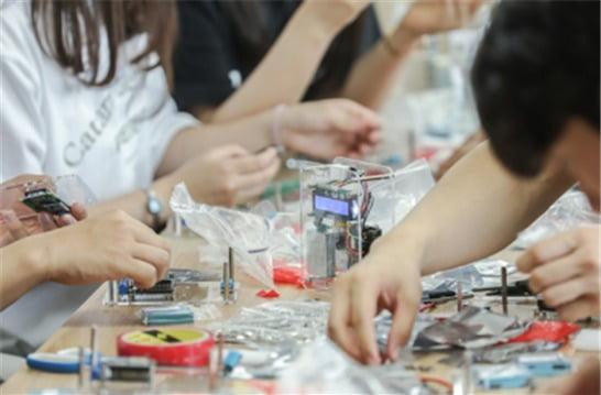 SBA 사진 제공(설명: 커뮤니티매핑센터에서 미세먼지 측정기를 만드는 부천시 송내고등학교 자원봉사 학생들)