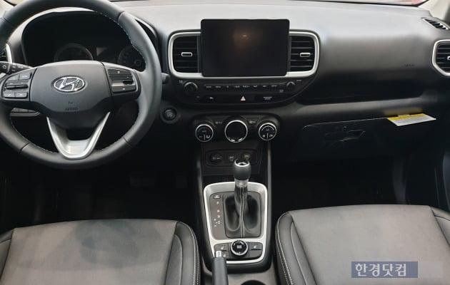 현대차 소형 SUV 베뉴는 가성비를 높이기 위해 단조로운 인테리어를 갖췄다.