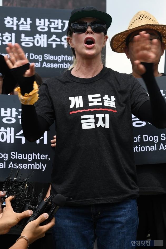 [포토] 킴 베이싱어, '초복 맞아 개 도살 금지 호소'