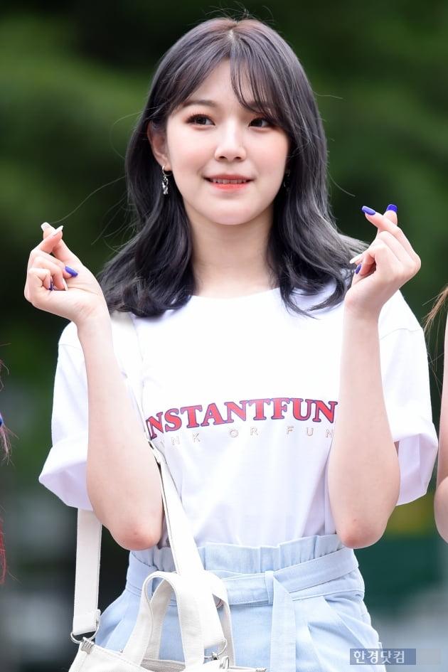 [포토] 프로미스나인 백지헌, '귀엽게 하트 발사~'