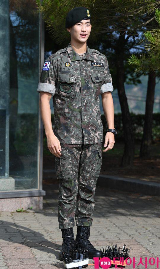 배우 김수현이 1일 오전 경기도 파주시 임진각 평화의 종 앞에서 열린 전역식에 참석하고 있다.