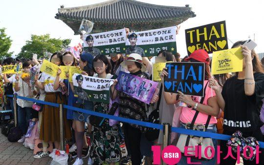 배우 김수현 팬들이 1일 오전 경기도 파주시 임진각 평화의 종 앞에서 김수현의 전역식을 기다리고 있다.