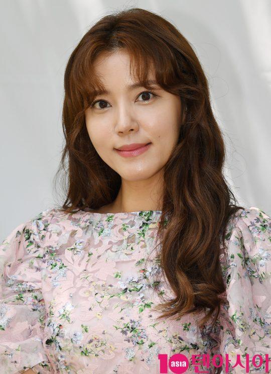 배우 정시아가 2일 오전 서울 상수동 한 카페에서 열린 체리데이 사진행사에 참석하고 있다.