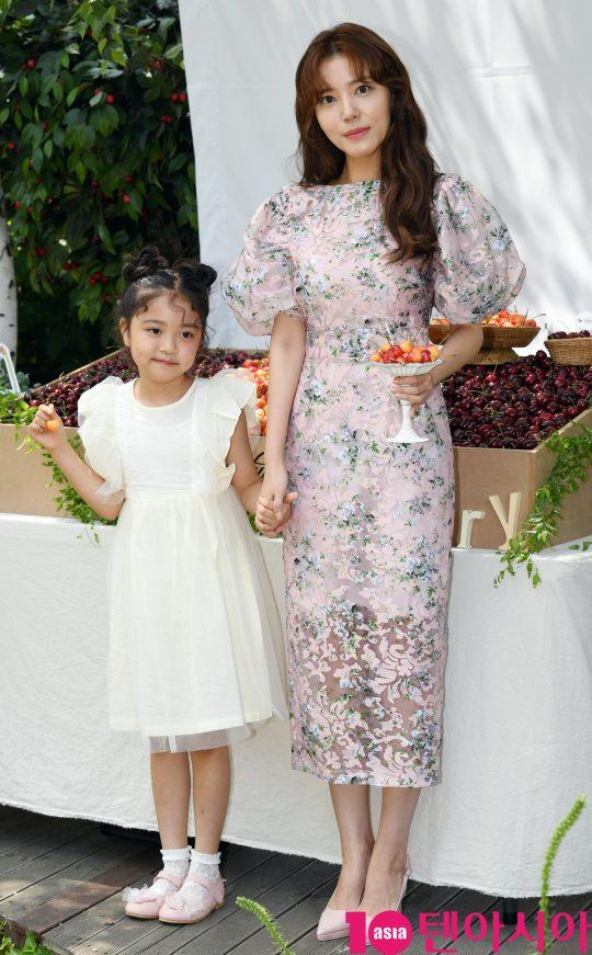 배우 정시아와 딸 서우 양이 2일 오전 서울 상수동 한 카페에서 열린 체리데이 사진행사에 참석하고 있다.